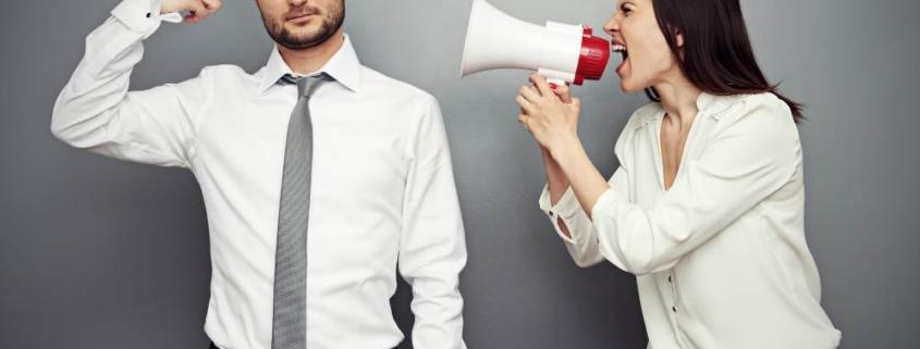 Женщина кричит на мужчину в мегафон