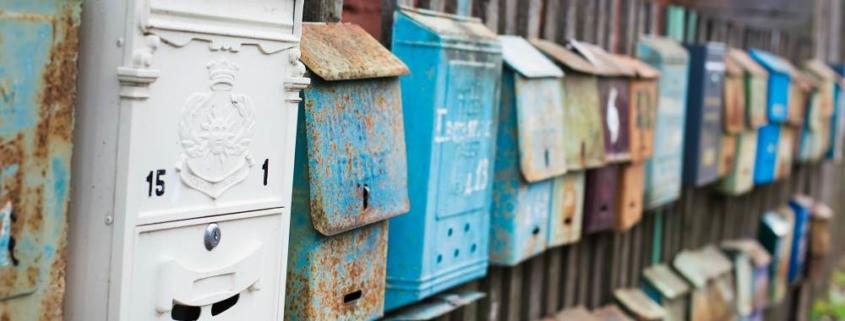 Старые ржавые почтовые ящики