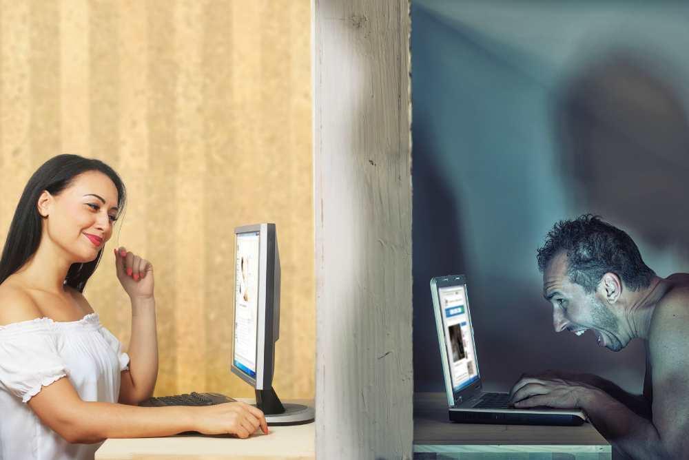 Мужчина и женщина за ноутбуками в разных комнатах