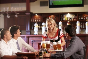 Официантка подаёт пиво в ресторане