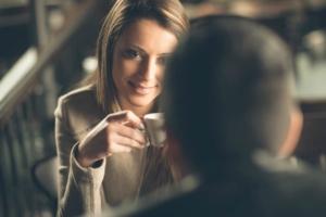 Девушка с чашечкой кофе болтает с парнем