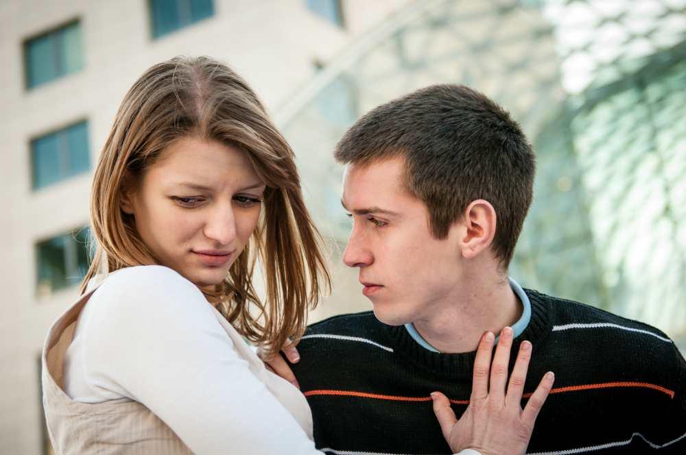 Девушка обижается на парня и отворачивается от него