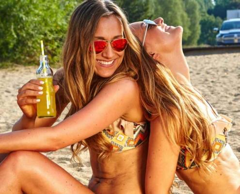 Девушки на пляже с коктейлями