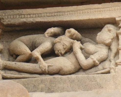 Мужчина делает куннилингус - древний барельеф