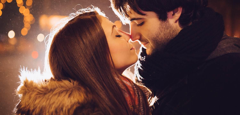 Девушка целует парня на улице