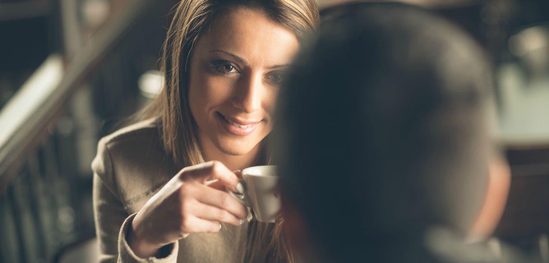 Девушка пьёт кофе с мужчиной