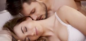 Мужчина и женщина в постели обнимаются