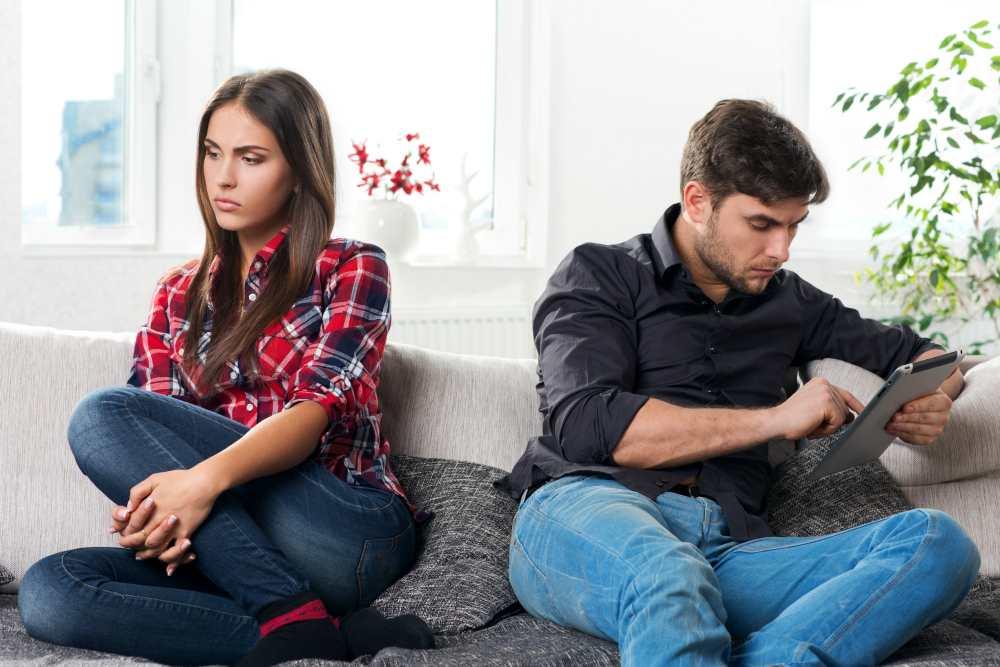Парень и девушка ссорятся