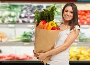 Девушка в супермаркете с пакетом