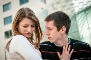 Девушка недовольно отталкивает парня