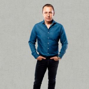 Дмитрий Светлов на сером фоне