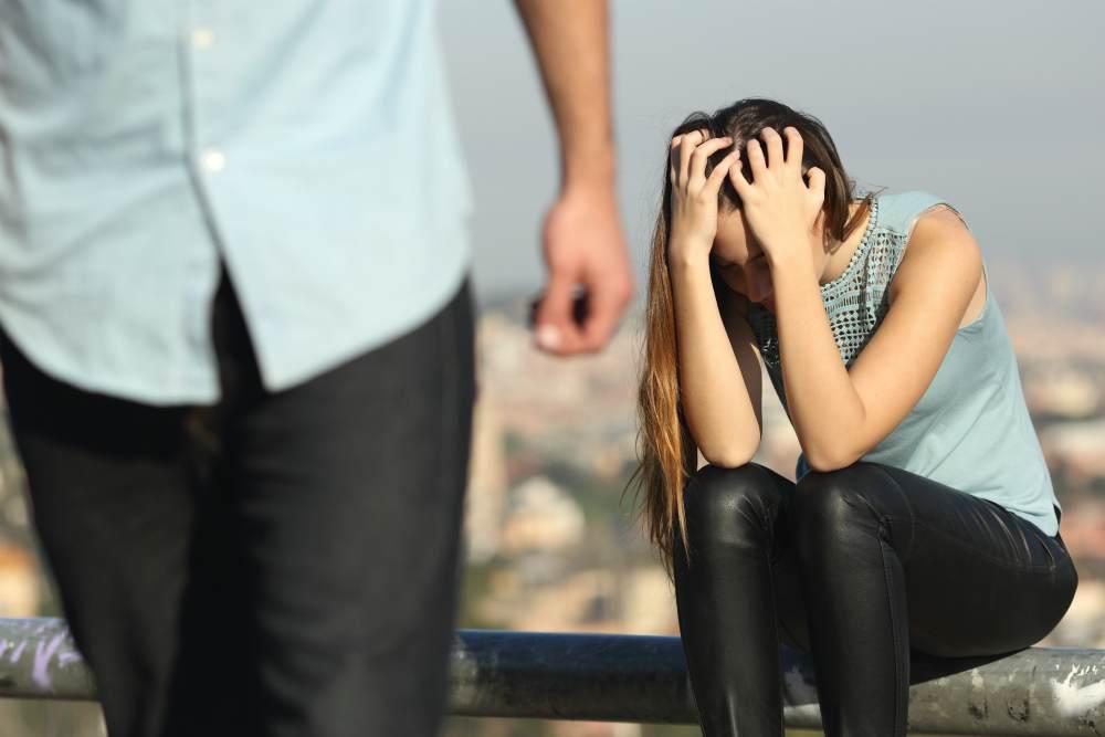 Парень уходит, девушка расстроена
