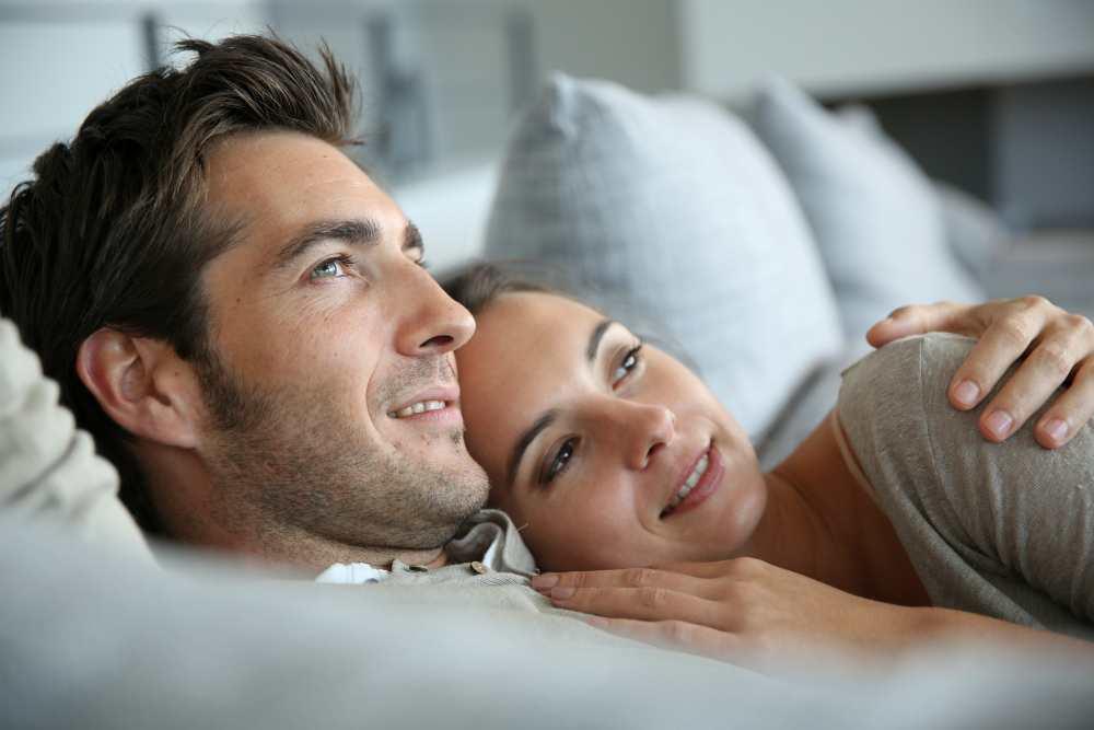 Мужчина и женщина обнимаются в постели