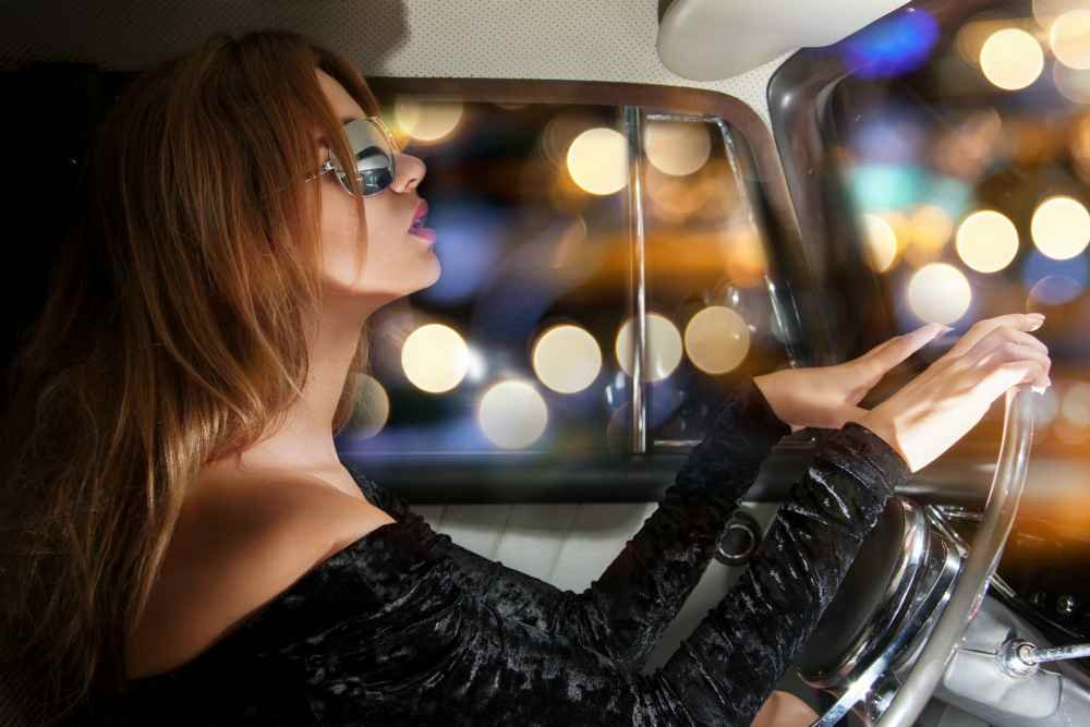 шикарная девушка за рулём