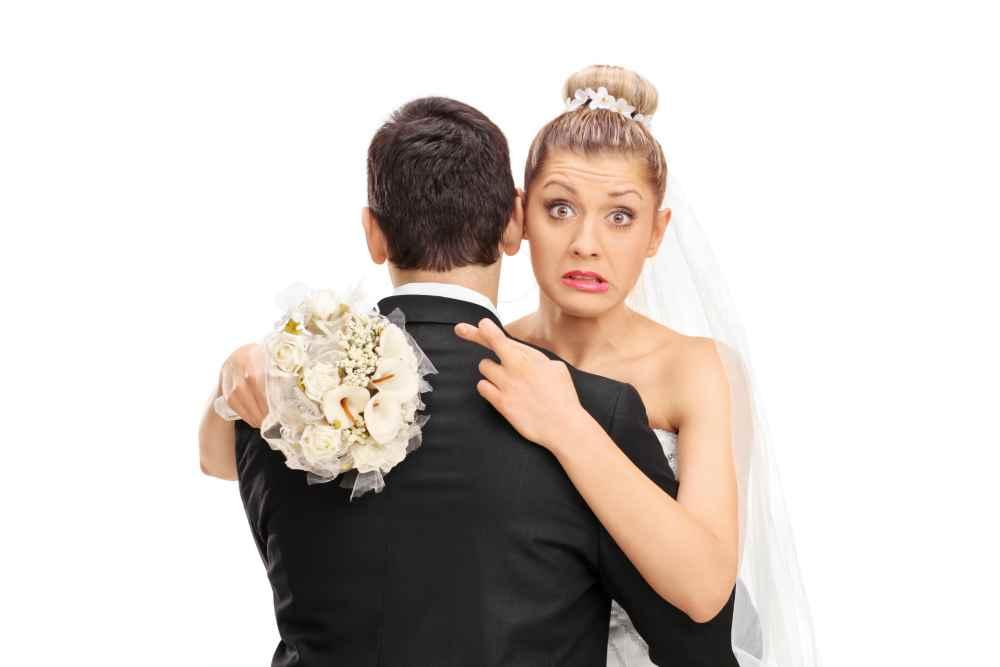 Женщина невеста скрестила пальцы
