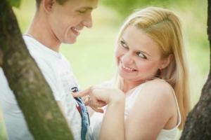 Девушка флиртует с парнем, смотрит на него игриво