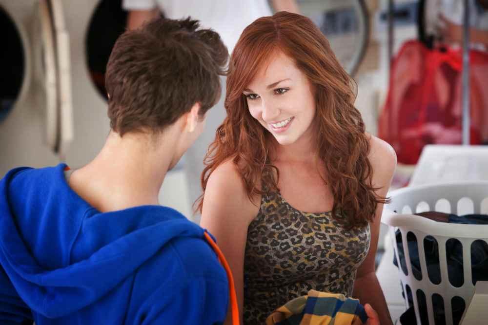Девушка флиртует с парнем в магазине
