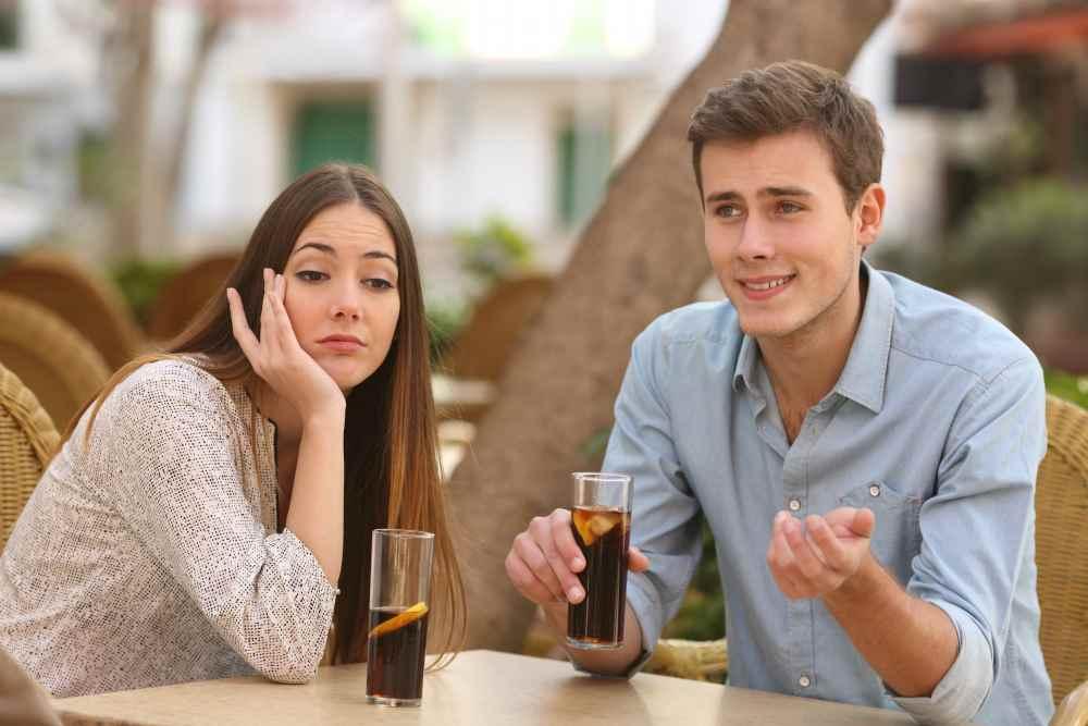 Парень и девушка болтают, девушке скучно