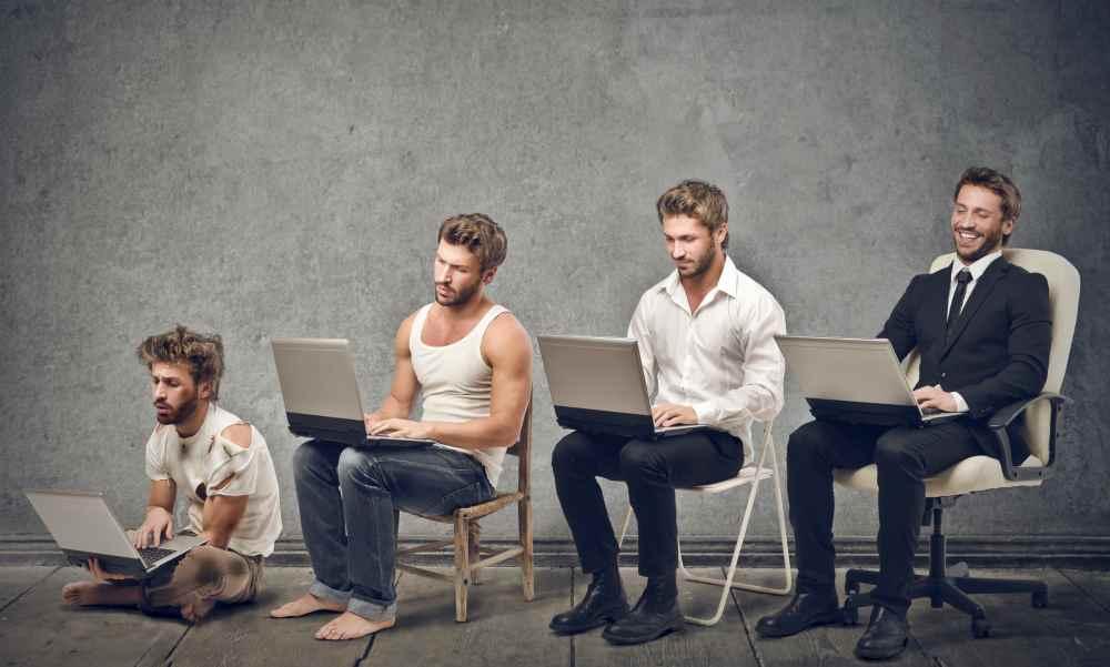 Четверо мужчин с компьютером - явно разного уровня