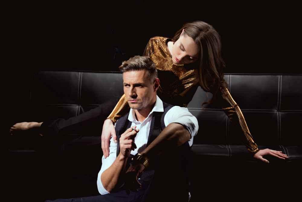 мужчина с женщиной на диване, женщина над мужчиной нависает