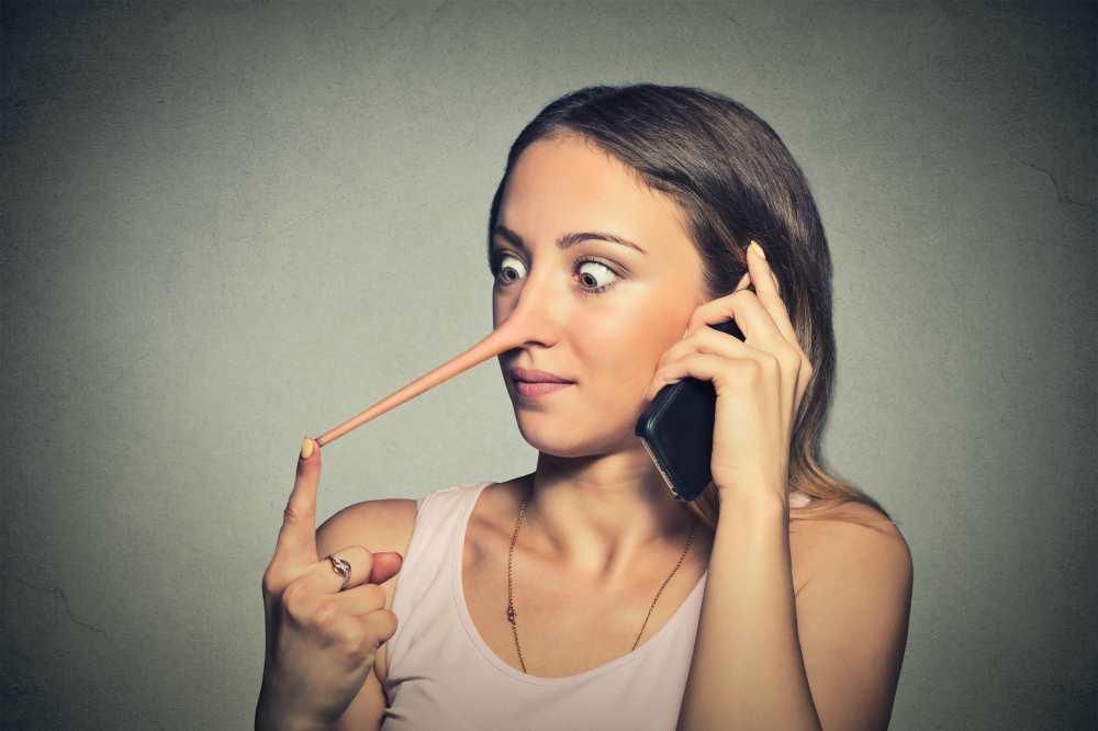 Женщина с длинным носом и телефоном
