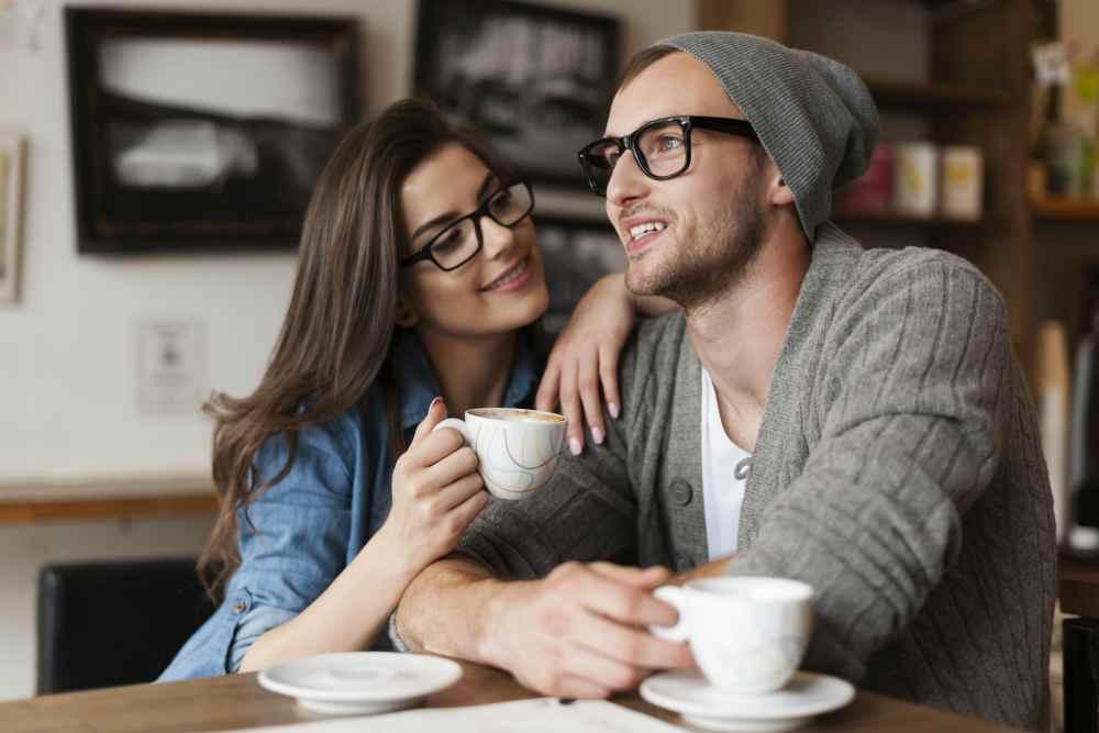 Парень и девушка в кафе болтают