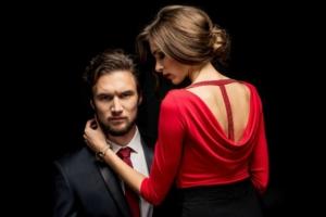 Мужчина и женщина в красном