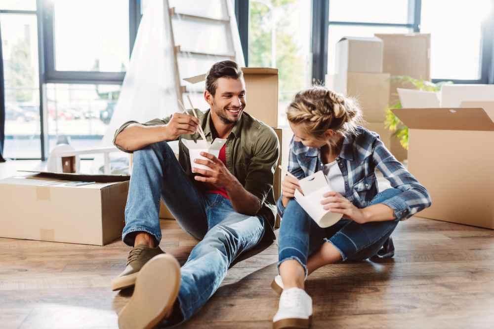 Мужчина и женщина сидят на полу с едой
