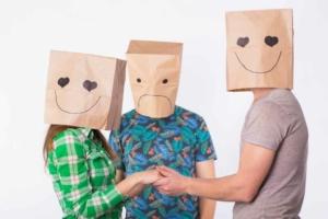 Два парня и девушка в пакетах на голове втроём