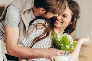 Мужчина обнимает женщину, женщина смеётся
