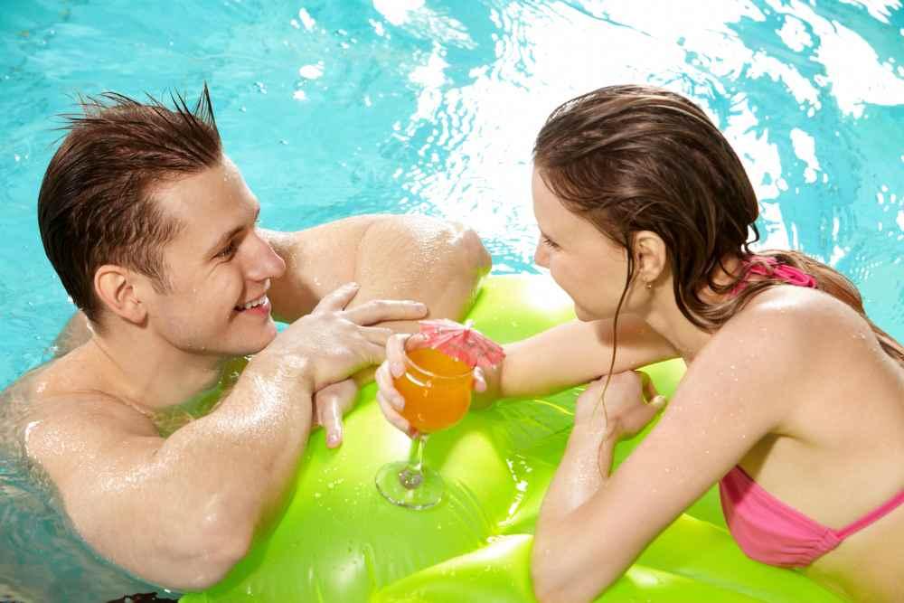 Парень и девушка в бассейне болтают