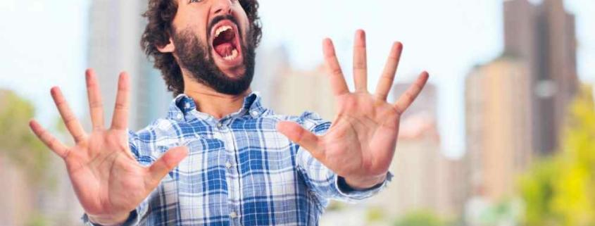 Испуганный мужчина с открытым ртом