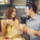 Мужчина и женщина в кафе пьют кофе