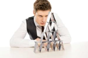 Пирамида из карт и парень