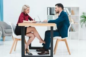 Парень с девушкой в офисе