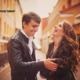 Парень и девушка смеются на улице