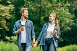 Парень и девушка на прогулке с кофе