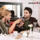 Зрелая женщина в кафе с парнем