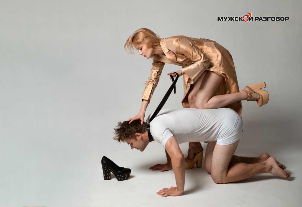 Женщина сидит на мужчине и душит его