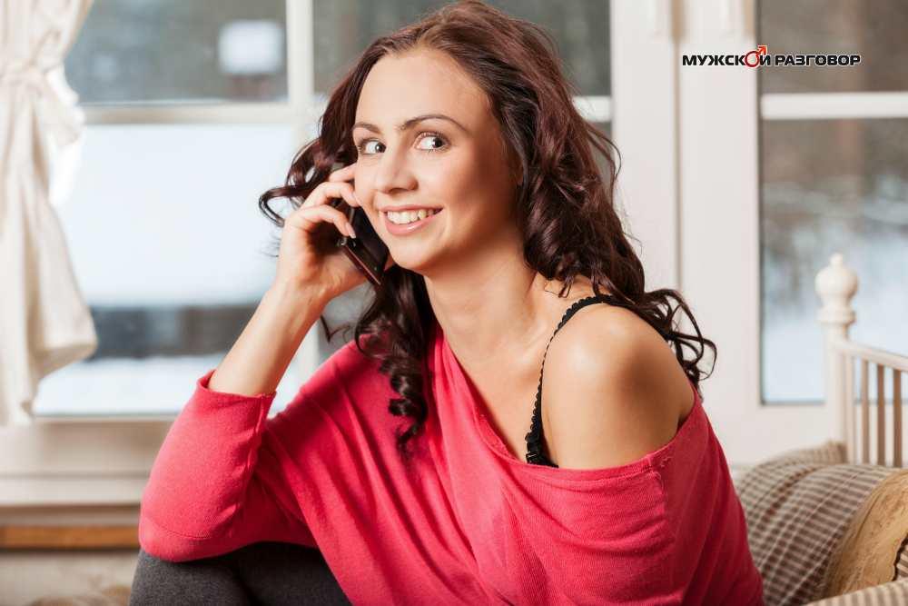 Улыбающаяся девушка с телефоном