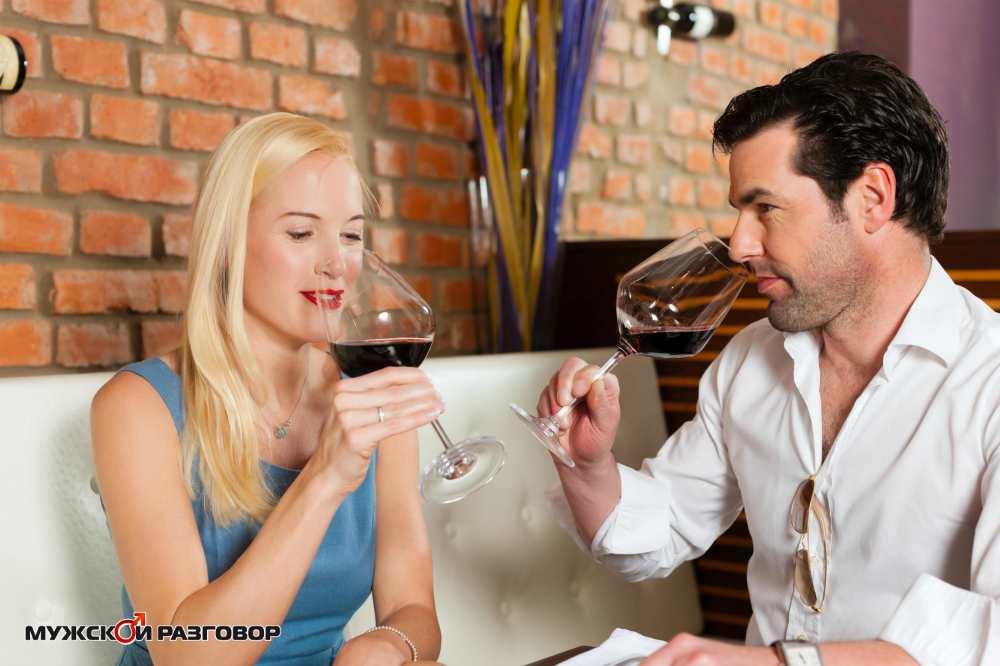 Девушка с парнем пьют вино