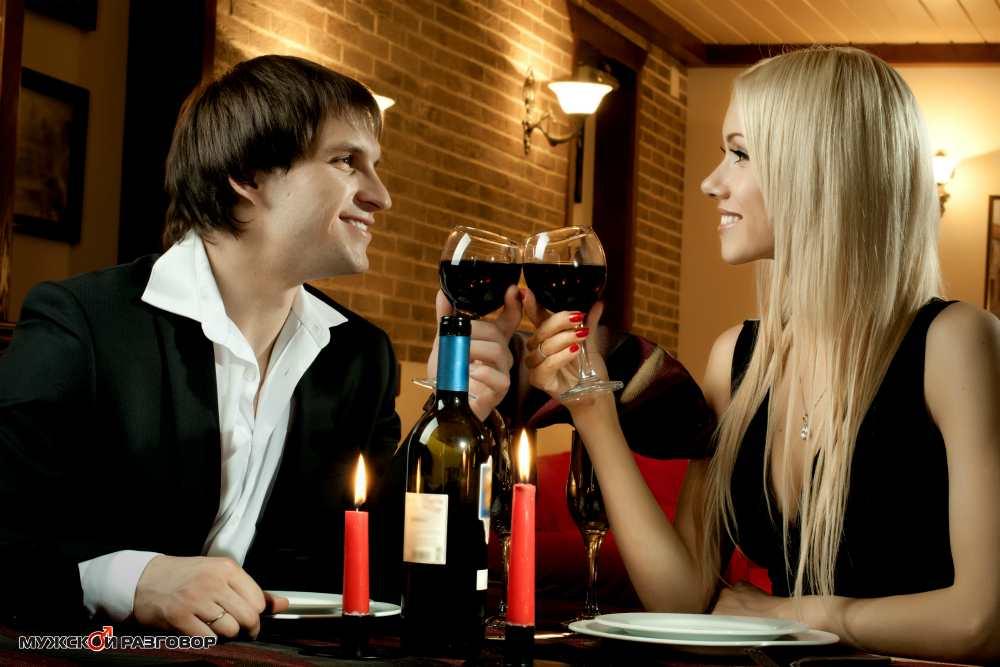 Парень с девушкой в ресторане пьют вино