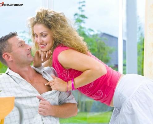 Девушка тянет мужчину за рубашку