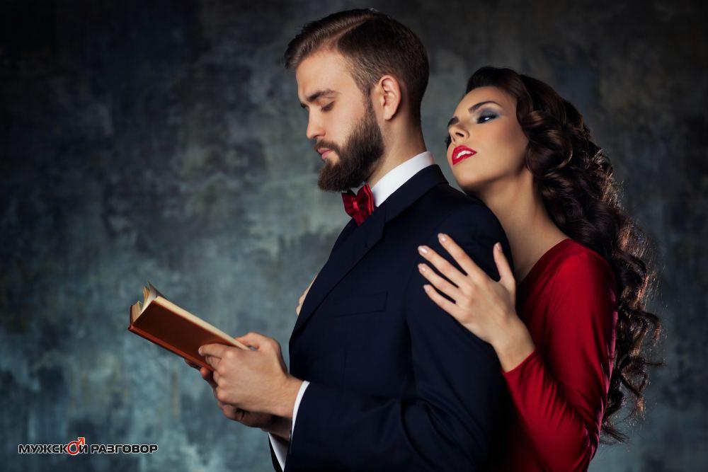Парень читает а девушка его обнимает