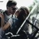 Девушка целует парня в кожаной куртке