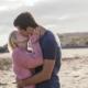 Парень целует девушку возле воды