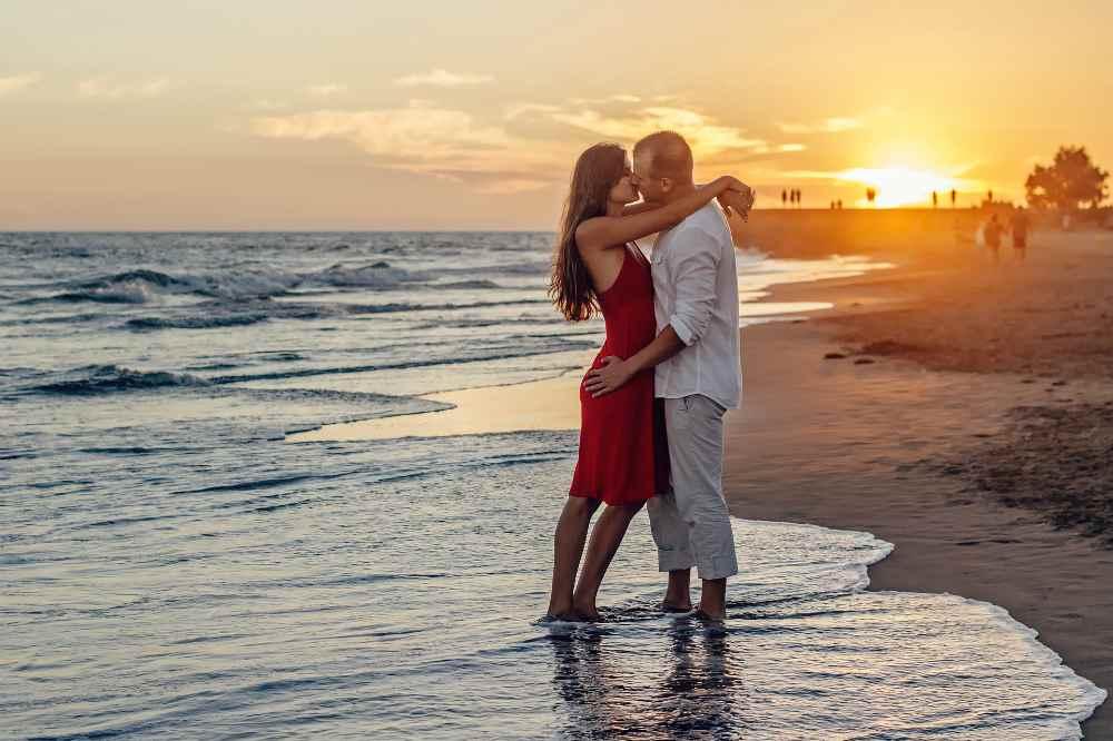 Пара целуется на берегу