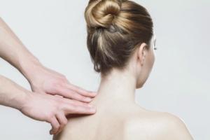 Девушке массируют шею