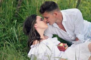 Парень с девушкой лежат в поле