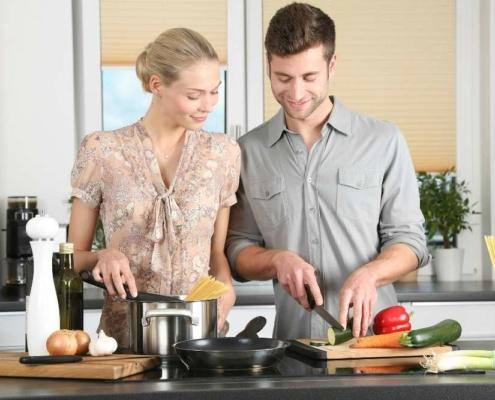 Женщина с мужчиной на кухне
